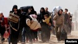 15일 시리아 다마스쿠스 외곽 반군 장악지역인 동구타에서 시리아 정부군의 무차별 공습이 있고 난 뒤 주민들이 정부군 지배지역으로 긴 행렬을 이루며 탈출하고 있다.