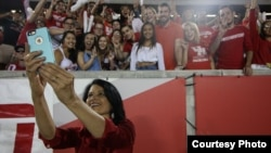 President Renu Khator takes a selfie with University of Houston's students. (Photo courtesy of the Daily Cougar)