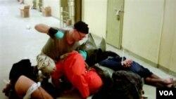 Foto tentara AS, Charles A. Graner Jr. saat memukuli para tahanan Irak di penjara Abu Ghraib, Baghdad (foto: dok.).
