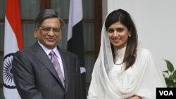 Menlu India Somanahalli Mallaiah Krishna (kiri) menerima kunjungan Menlu Pakistan Hina Rabbani Khar di New Delhi (27/7).