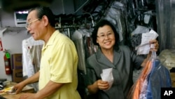 Ông Jin Chung và vợ của Chung Soo làm việc trong cửa hàng giặt ủi của họ tại Washington.