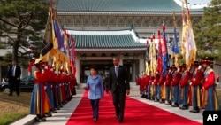 South Korean President Park Geun-hye welcomes U.S. President Barack Obama on Friday, Apr. 25, 2014.