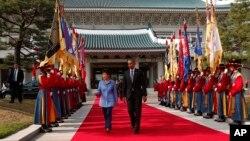 南韓總統朴槿惠(左)歡迎奧巴馬到訪
