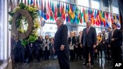 El secretario de Estado Rex Tillerson, acompañado por el subsecretario de Asuntos Políticos del Departamento de Estado, Tom Shannon, frente a una placa conmemorativa en el vestíbulo del Departamento de Estado que honra a los empleados que han dado su vida en cumplimiento del deber.