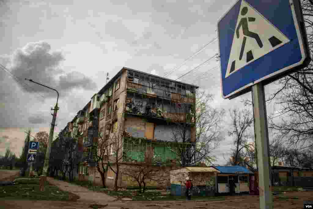 Shelling destroyed many homes this year, including this apartment block in the town of Krasnohorivka, where residents are on the brink of a humanitarian crisis. (Adam Bailes/VOA)
