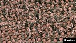 지난해 4월 북한 군인들이 현지지도를 나온 김정은 북한 국방위 제1위원장을 향해 박수를 치고 있다. (자료사진)