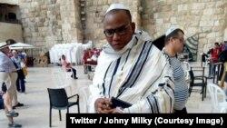 Le séparatiste Nnamdi Kanu devant le mur des Lamentations à Jérusalem (photo publiée le 20 octobre 2018. Twitter/Johny Milky)