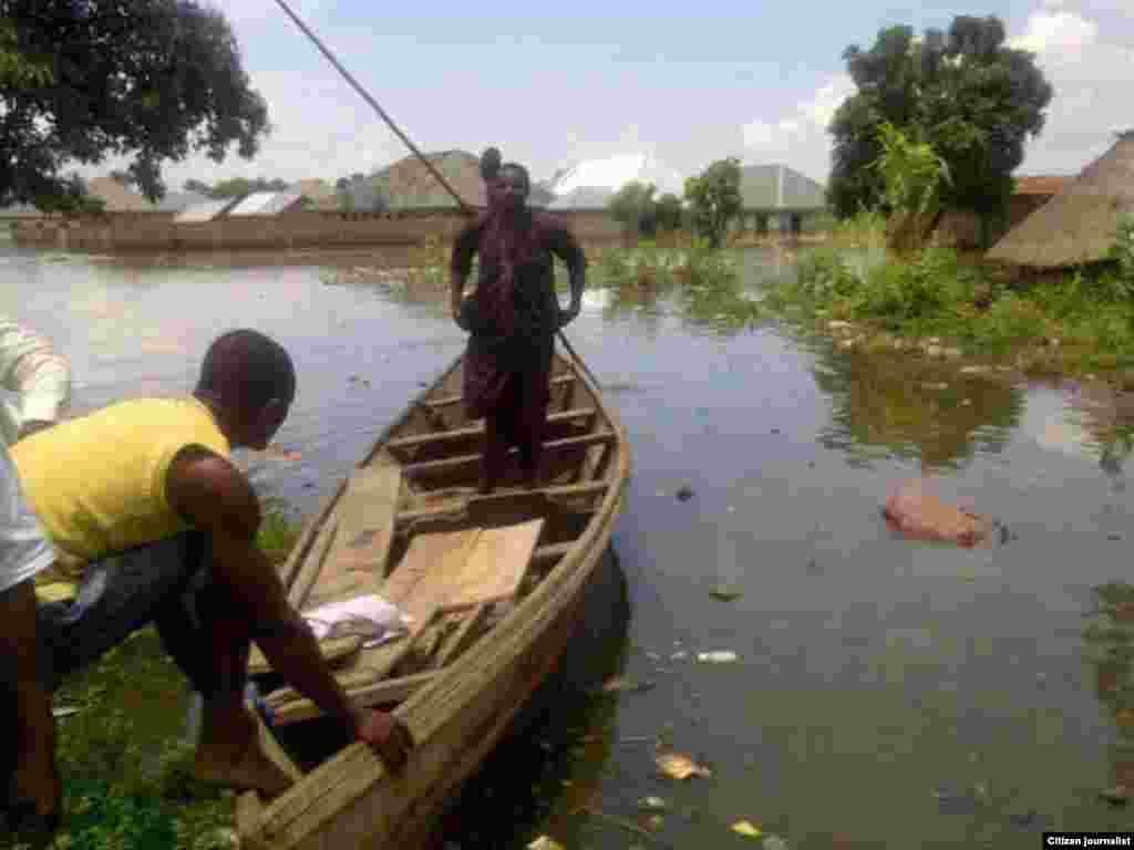 Mai kwale-kwale ya ceto wani mutumi daga ruwan ambaliya a wata unguwar dake dab da kogin Binuwai a garin Makurdi