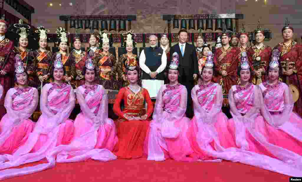 中国国家主席习近平和印度总理莫迪在湖北省博物馆同舞蹈演员合影 (印度新闻局通过路透社发布的照片,2018年4月27日) 。