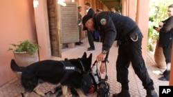 Un policier fait renifler des bagages par un chien à Marrakech, au Maroc, 6 mai 2015