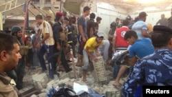 民眾在汽車爆炸現場協助救出傷者