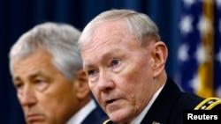 美军参谋长联席会议主席邓普西(右)和国防部长哈格尔2013年4月10日在新闻发布会上