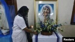 مادر ترزا که در مقدونه فعلی بدنیا آمد، سالها خود را وقف خدمت در هند کرد و در سال ۱۹۹۷ درگذشت.