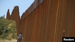 美國與墨西哥邊界的高圍牆(資料圖片)
