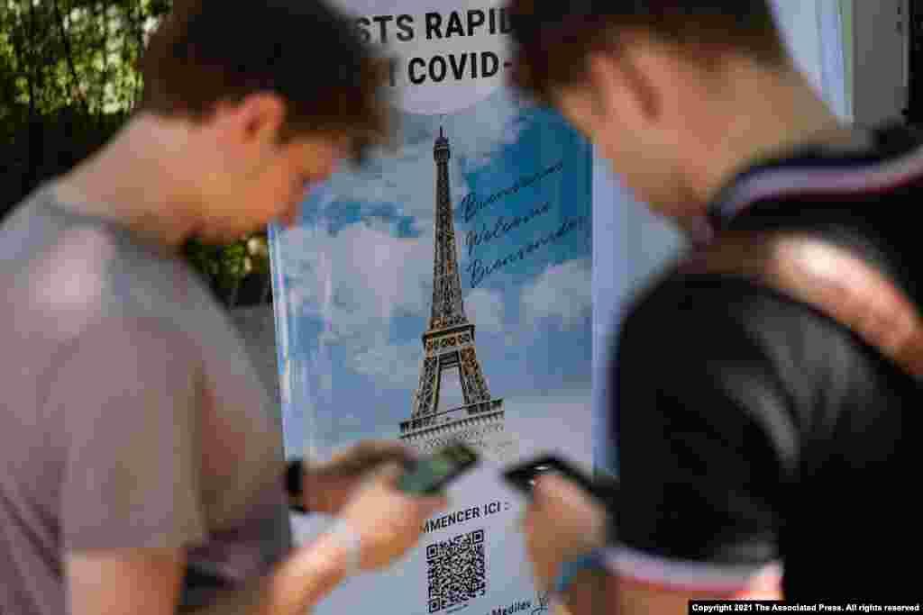 프랑스 파리의 에펠탑 방문객들이 코로나 감염 검사 신청을 하고 있다. 파리의 에펠탑과 박물관은 보건 증명서인 '코비드(COVID) 패스' 소유자에게 방문을 허용하고 있다.