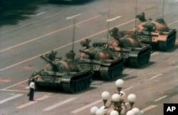 រូបឯកសារ៖ នៅក្នុងរូបថតដែលបានថតនៅថ្ងៃទី ៥ ខែមិថុនា ឆ្នាំ ១៩៨៩ នេះ បង្ហាញពីជនជាតិចិនឈរតែម្នាក់ឯង ដើម្បីរារាំងរថក្រោះជាច្រើនគ្រឿងដែលធ្វើដំណើរឆ្ពោះទៅខាងកើតតាមបណ្តោយមហាវិថី Changan នៅទីលានធានអានមេន (Tiananmen) ក្នុងទីក្រុងប៉េកាំង នៃប្រទេសចិន។