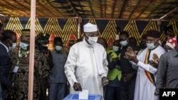 ປະທານາທິບໍດີຊາດ ທ່ານອີດຣິສ ເດີບີ ອິດໂນ (ກາງ) ກຳລັງລົງຄະແນນສຽງທີ່ໜ່ວຍປ່ອນບັດ ຢູ່ນະຄອນ N'djamena ເມື່ອວັນທີ 11 ເມສາ 2021.