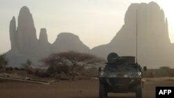 Un véhicule blindé français passe par le mont Hombori lors du début de l'opération française Barkhane dans la région du Gourma au Mali, le 27 mars 2019.