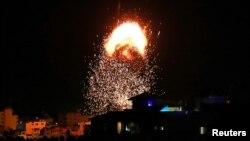 ຄວັນແລະແປວໄຟໄດ້ລຸກຂຶ້ນຢູ່ເທິງອາຄານຫລັງນຶ່ງຢູ່ໃນການໂຈມຕີທາງອາກາດຂອງອິສຣາແອລ ທ້າມກາງການຕໍ່ສູ້ກັນຮ້າຍແຮງຂຶ້ນລະຫວ່າງອິສຣາແອລ ແລະປາແລສໄຕນ໌ ໃນເມືອງ Gaza ໃນວັນທີ 17 ພຶດສະພາ 2021.