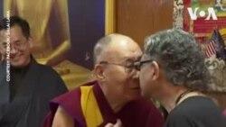 """Dalai Lama et le """"baiser de nez"""""""