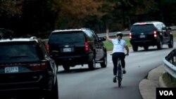 Juli Briskman, chụp hồi tháng 10, 2017, khi đoàn xe TT Trump đi ngang qua tại Sterling, Virginia.
