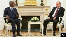 Đặc sứ Kofi Annan (trái) hội đâm với Tổng thống Nga Vladimir Putin tại Moscow hôm 17/1/12