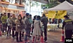 香港民主派立法會補選初選投票站出現排隊投票的人龍。(美國之音湯惠芸攝)