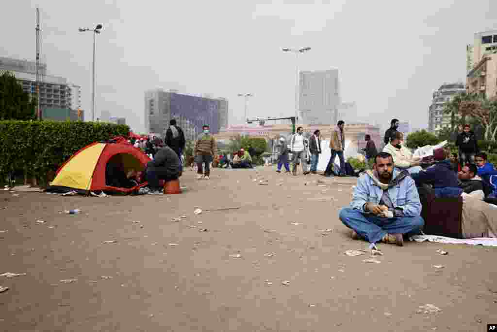 Protesters camped out in Tahrir Square. (VOA - Y. Weeks)