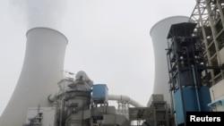 中国河北省三河电厂的冷却塔。(2019年7月18日)