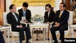 태국을 방문한 기시다 후미오 일본 외무상(자료사진)이 2일 방콕에서 프라윳 찬-오차 태국 총리와 만났다.