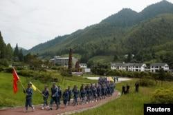 资料照:身穿中国红军服装的人们到江西省井冈山参加中共党史学习活动。(2017年9月14日)