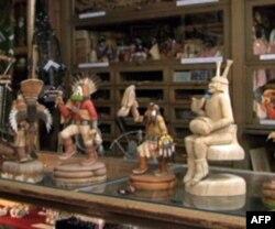 马克温特在杂货店贩售纳瓦霍居民的手工艺品