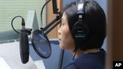 한국에 정착한 탈북자가 서울의 한 민간 대북단방송국에서 프로그램을 제작하고 있다. (자료사진)
