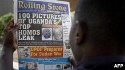 """Một người đàn ông Uganda đọc các tiêu đề của tờ báo Uganda """"Rolling Stone"""" ở Kampala"""