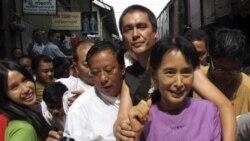 آنگ سان سوچی با خانواده های زندانيان سياسی در برمه ديدار می کند