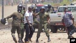 Des gendarmes guinéens procèdent à des arrestations lors d'une manifestation à Conakry, le 27 septembre 2011.