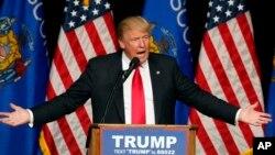Ứng viên tổng thống của đảng Cộng hòa Donald Trump phát biểu tại trường trung học Memorial ở Eau Claire, Wisconsin.