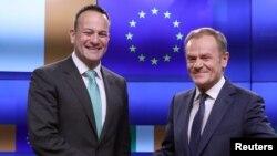 یورپین یونین کونسل کے صدر ڈونلڈ ٹسک آئر لینڈ کے وزیر اعظم لیو وردکر کے ساتھ۔ فائل فوٹو