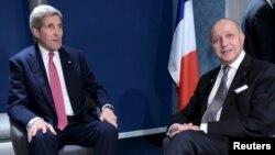 Ngoại trưởng Mỹ John Kerry (trái) trong cuộc gặp song phương với Ngoại trưởng Pháp Laurent Fabius bên lề hội nghị về biến đổi khí hậu ở Le Bourget, ngoại ô Paris, ngày 9/12/2015.