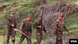 """Tentara kemerdekaan Kosovo (KLA) yang berperang dengan Serbia pada akhir tahun 1990-an (foto: dok.). Serbia mengirim polisi khusus ke Kosovo untuk mecari para """"teroris""""."""