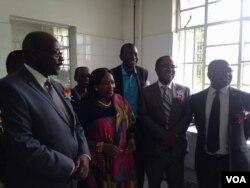 UDokotela David Parirenyatwa laye ubekhona kusethulwa izipho eMpilo Hospital.