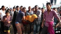 Warga membawa korban kecelakaan feri di Manikganj sekitar 40 kilometer barat Dhaka, Bangladesh, 22 Februari 2015.