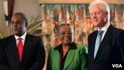 Jean-Max Bellerive, Mirlande Manigat, Bill Clinton 15 fevriye 2011. (AP Photo/Ramon Espinosa)