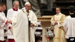 El papa Francisco camina hacia el ánfora que contiene el aceite sagrado durante la misa crismal en la basílica de San Pedro, en el Vaticano, el jueves, 29 de marzo, de 2018.