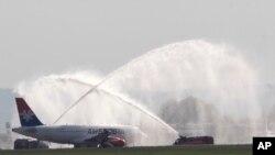 "Arhiva - Avion Erbas A319-100 na svečanosti dobrodošlice na Aerodromu ""Nikola Tesla"" u Beogrdadu, 19. oktobra 2013."