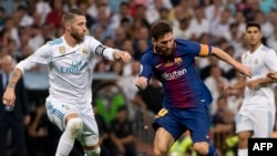 Le défenseur du Real Madrid Sergio Ramos et l'attaquant du FC Barça Lionel Messi à Madrid, le 16 août 2017.