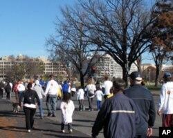盛顿民众参加感恩节健康行走