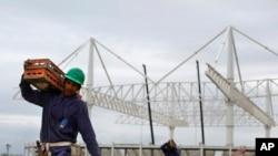 Seorang pekerja di konstruksi Taman Olimpiade di Rio de Janeiro, Brazil (23/3). (AP/Leo Correa)