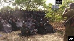 بوکو حرام کی طرف سے جاری کردہ وڈیو میں مبینہ طور پر مغوی طالبات کو دیکھا جاسکتا ہے