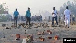 Aktivis Jamaat-e-Islami, partai Islam terbesar di Bangladesh, berdiri di tengah jalanan kota Chittagong saat terjadinya bentrokan dengan polisi (28/2). Sedikitnya 44 orang dilaporkan tewas dalam insiden tersebut.